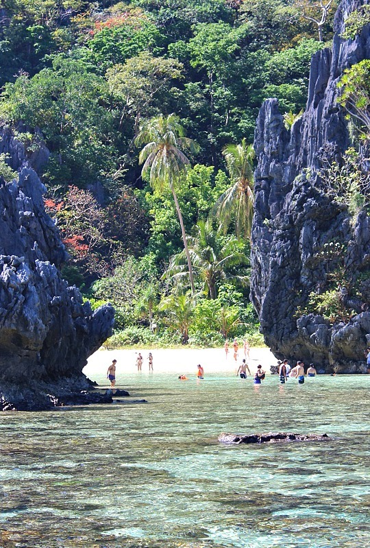 El Nido island hopping stop in the Philippines