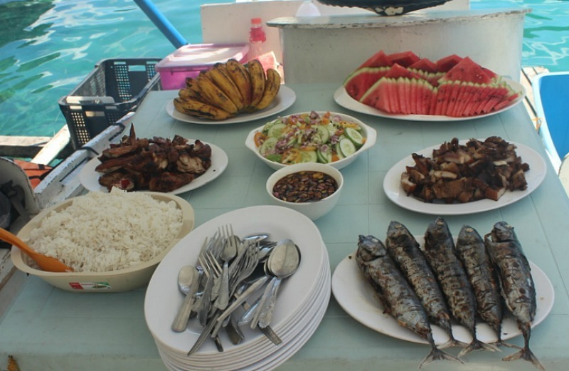 Lunch feast on El Nido island hopping tour A