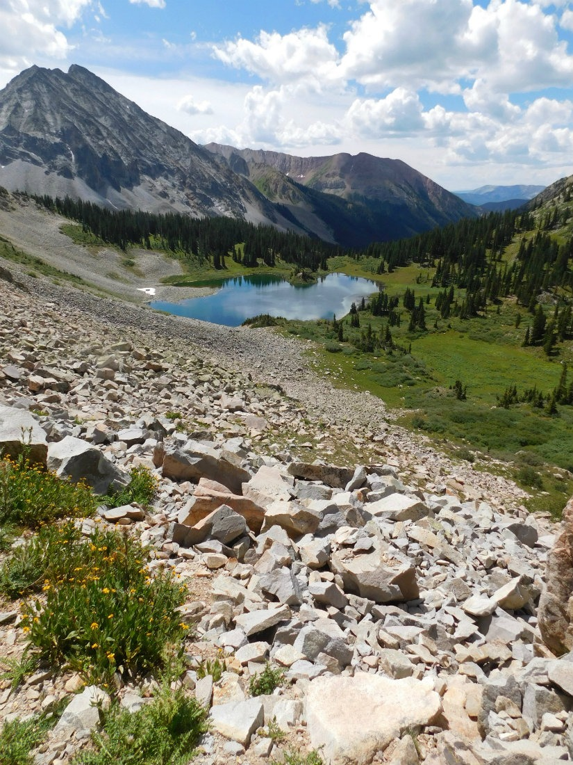 Hiking in Maroon Bells Snowmass Wilderness in Colorado - hiking a lot is a benefit of living a nomadic life. | The World on my Necklace #digitalnomad #nomadiclife
